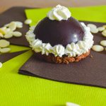 Dômes gourmands : chocolat blanc, noir & praliné