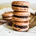 Macarons au chocolat et coeur coulant caramel au beurre salé