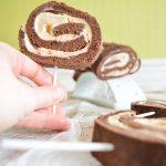 Sucettes gourmandes de bûche roulée chocolat, poire & caramel